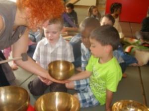 enfants et bols chantants